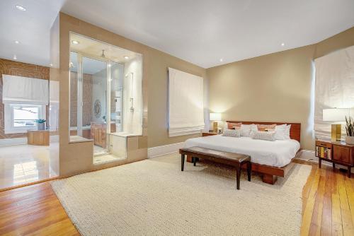 BUR1912 Stunning Modern Home Prime Location Sleeps 15