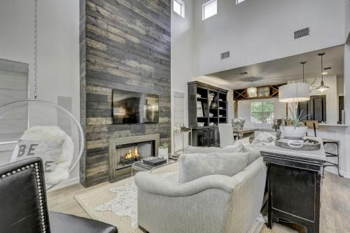 3br W Outdoor Theater & Hot Tub 3 Bedroom Home