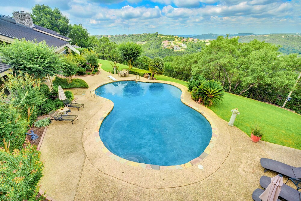 Hill Country 3BR Villa with Grand Views by RedAwning