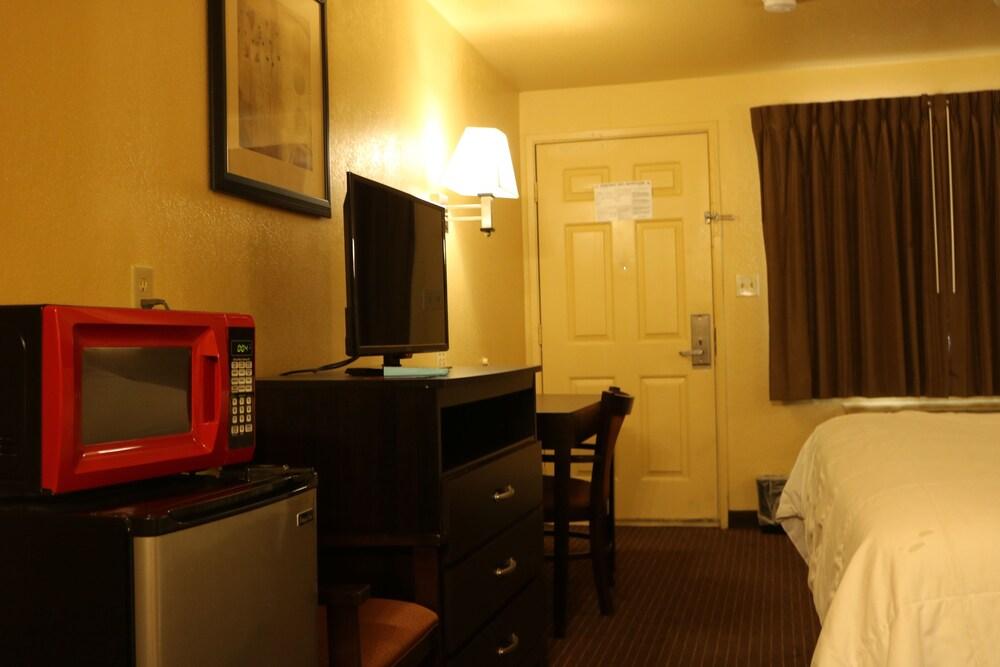 Gallery image of Days Inn by Wyndham Fresno South
