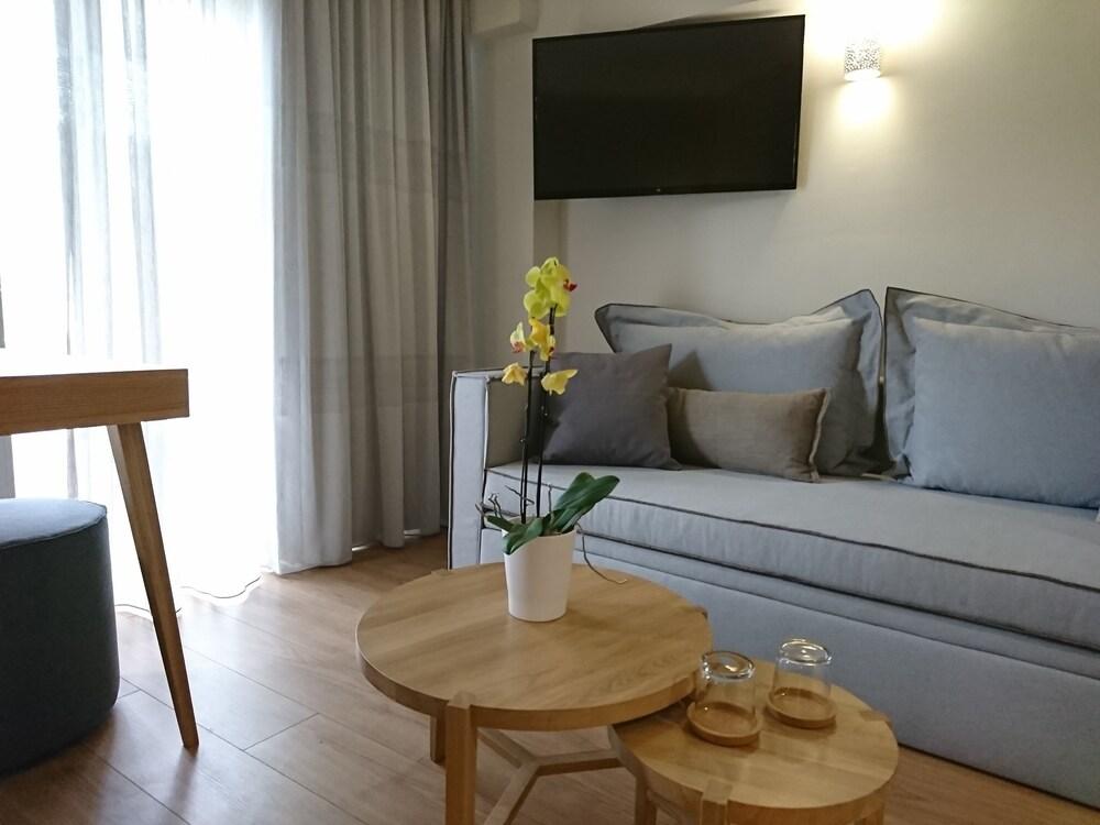 Mirivili Rooms & Suites Hotel