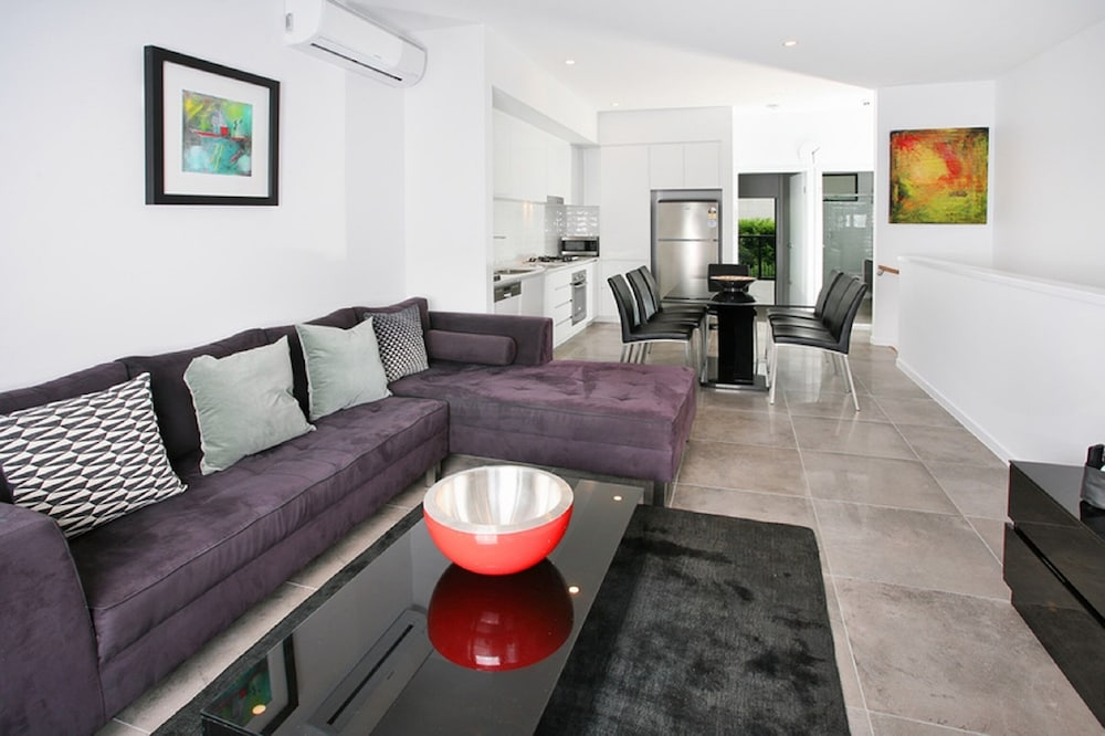 Views from Red Hill Modern and Spacious Split Level Executive 3BR Red Hill Apartment Close to CBD
