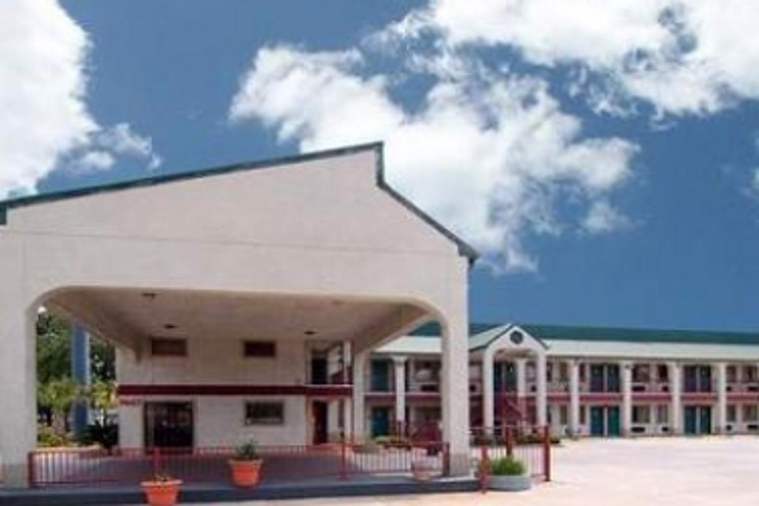 Econo Lodge Inn & Suites North