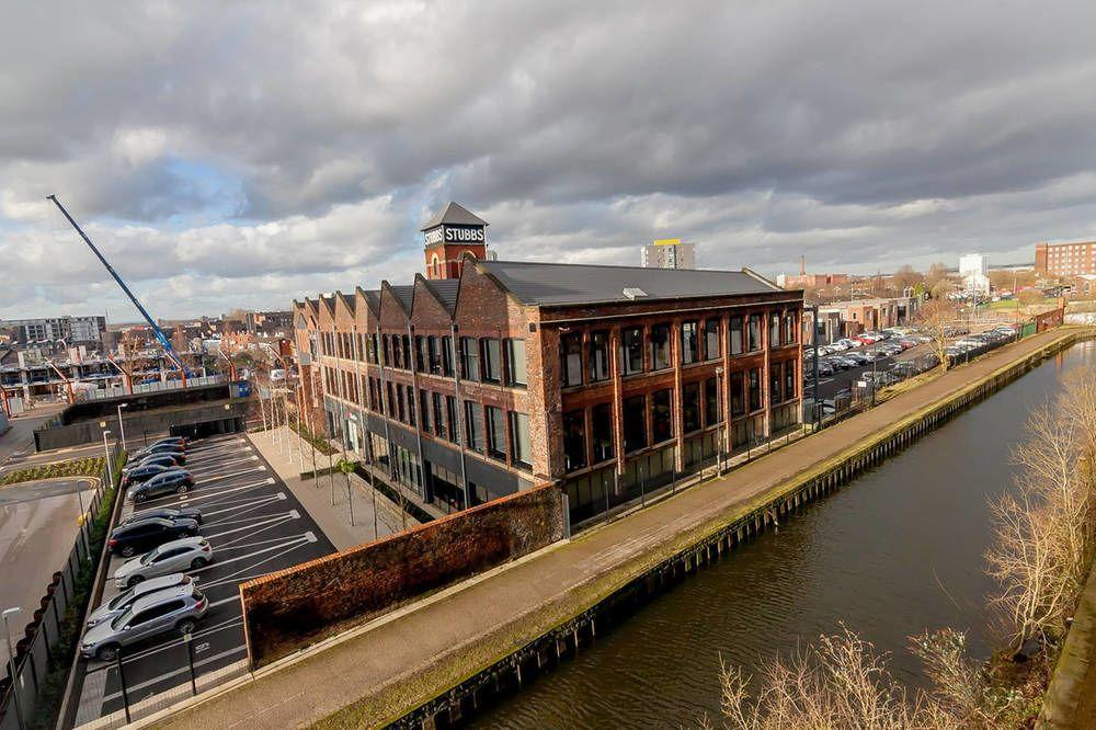 Lovely 2 Bed Canal Side Apartment