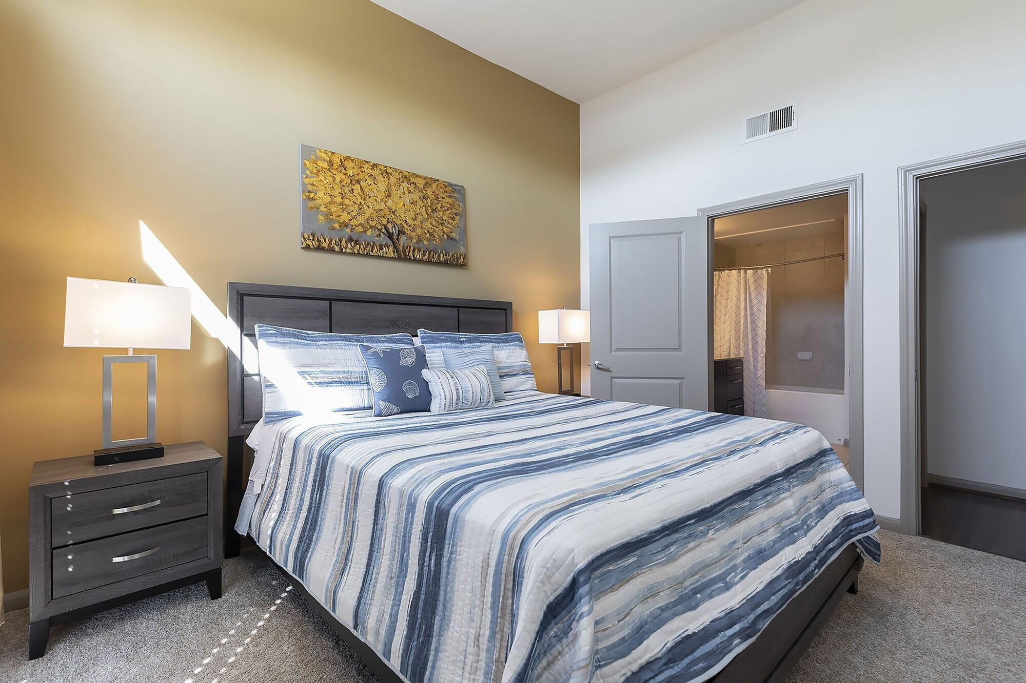 Luxurious Cali King BED Midtown Fully Equipped Condo