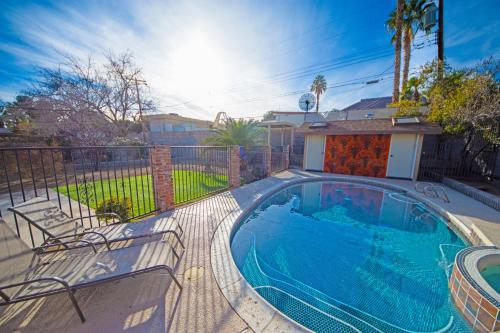 Newer Ranch with Pool and Hot Tub near the Strip and Freemont street.