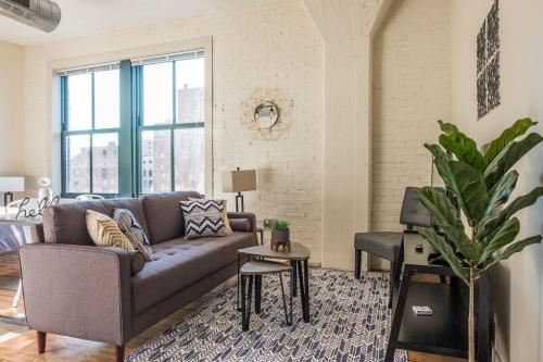 Cozy Historic Loft w Gym Minutes to Anywhere