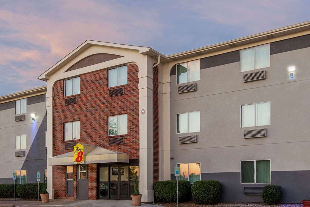 Gallery image of Super 8 by Wyndham Bedford DFW Airport West