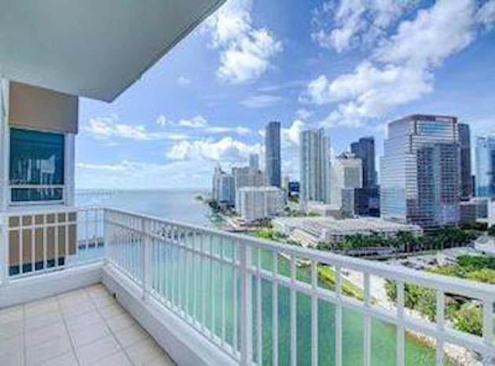 Beautiful Miami Brickell Key 2 Bedroom 2 Bathroom Apartment in the Sky 4 Guests