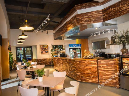 Gallery image of Vanke Twin Moon Bay Deep Blue Seaview Holiday Hotel