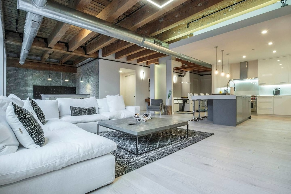 Spacious & Private 3 BDR Luxury Condo in Downtown