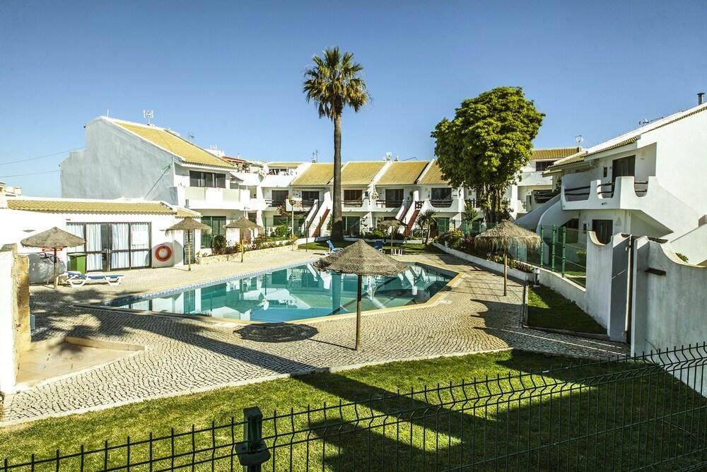 B20 Sun and Pool Apartment