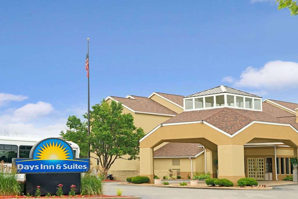 Days Inn and Suites by Wyndham St. Louis Westport Plaza