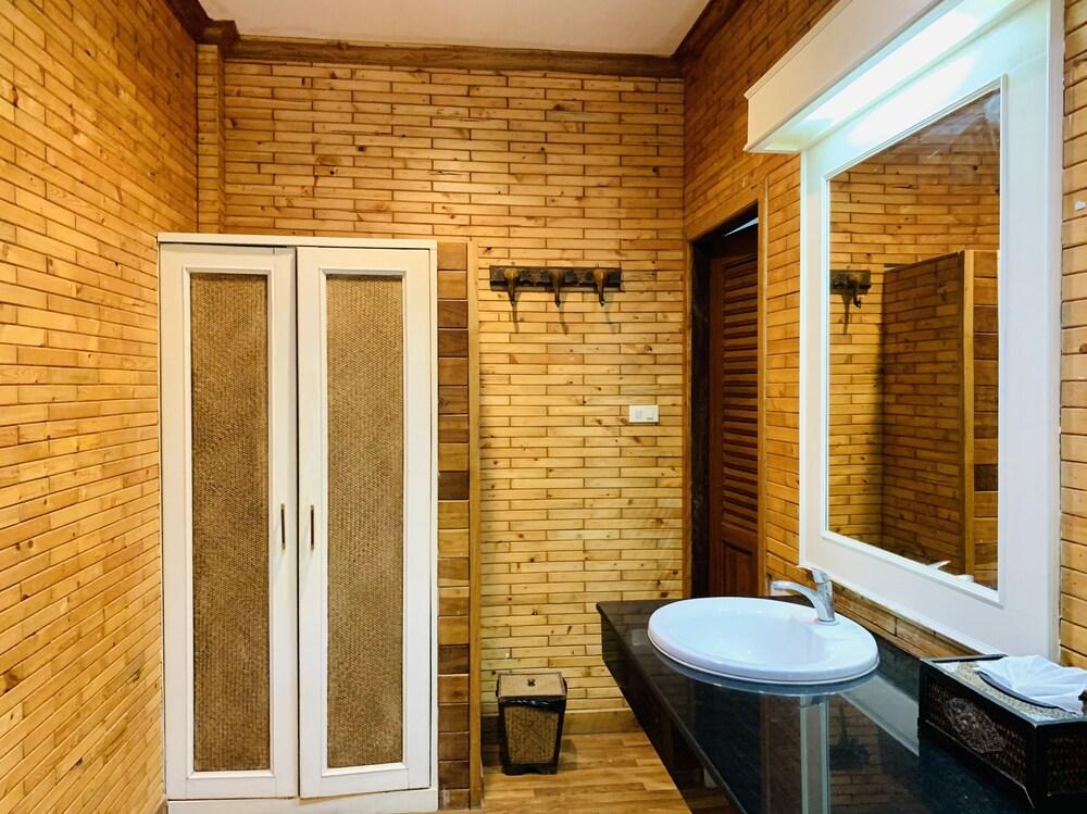 Gallery image of Aonang Phutawan Resort