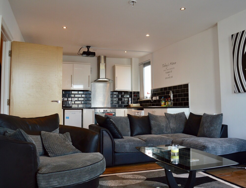 2 Bedroom Apartment With 2 Balconies in Manchester