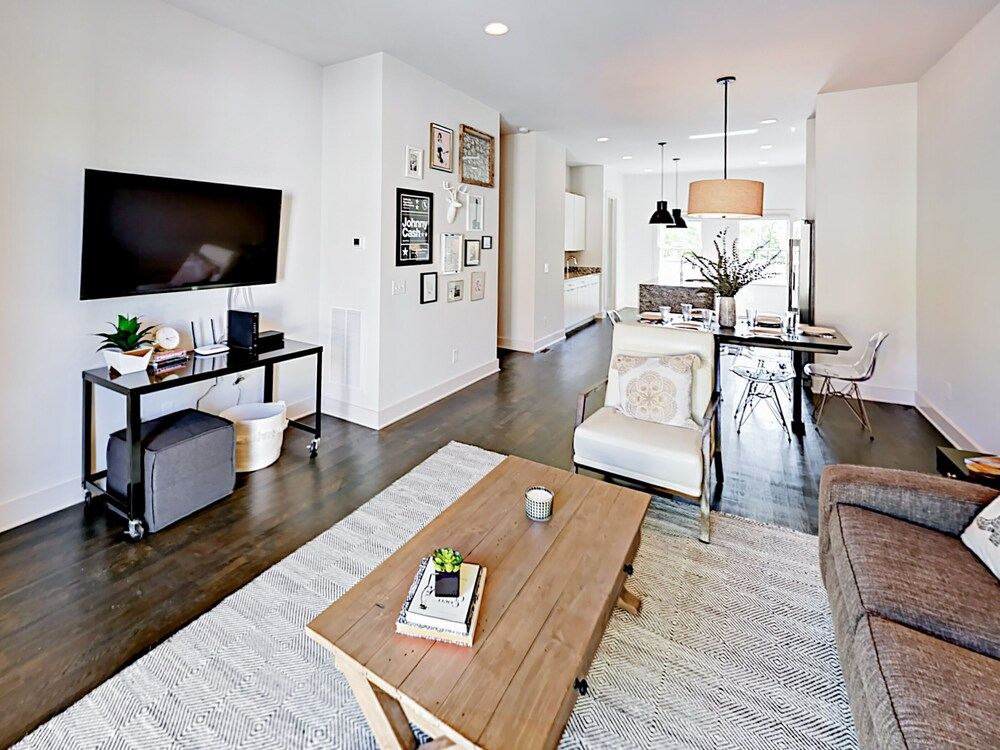 All suite 3br 3.5ba W Rooftop Deck Near Downtown 3 Bedroom Townhouse
