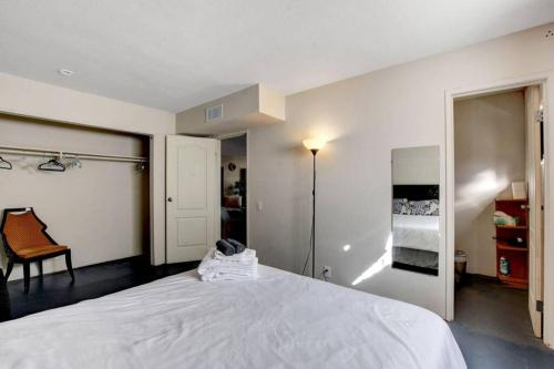 Northrop Apt 2 Private lower apartment 5 minutes to the strip