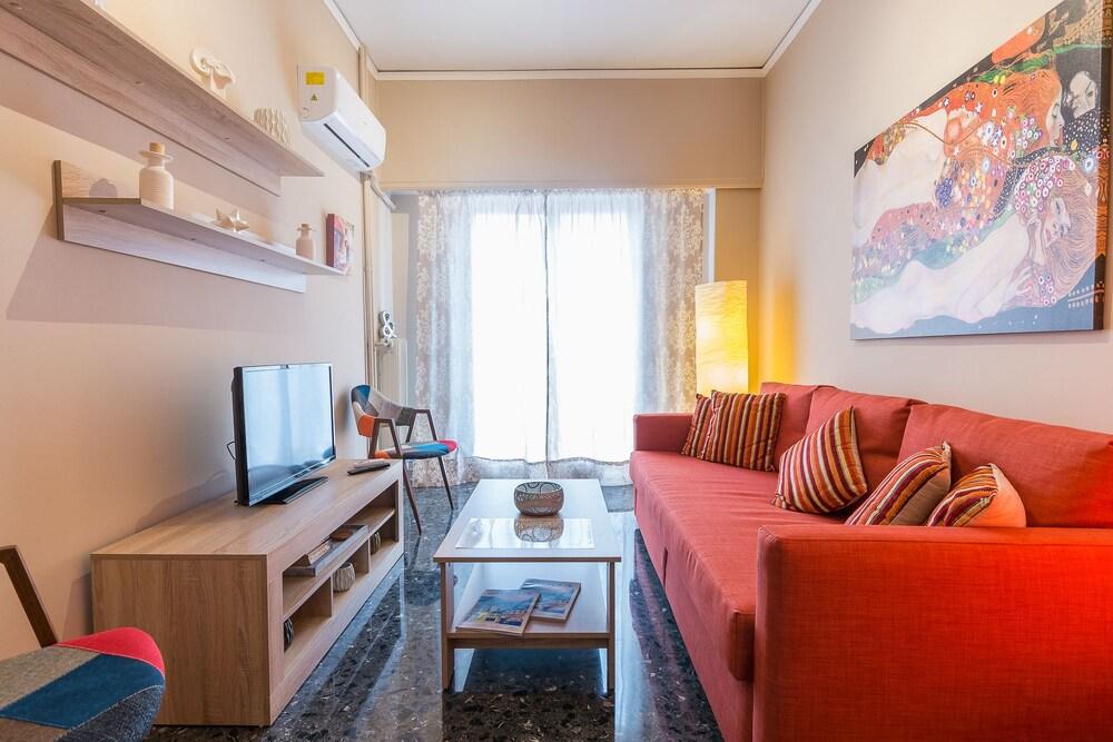 Comfy Kerameikos Apartment by Cloudkeys