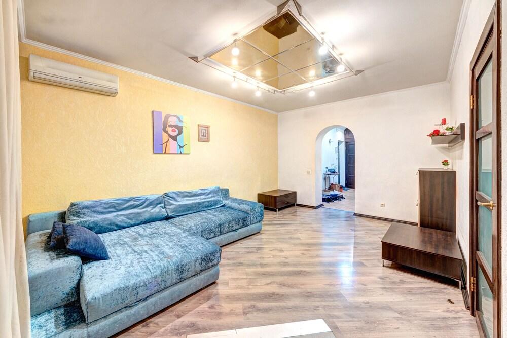 Apartment Lva Tolstoho St 51