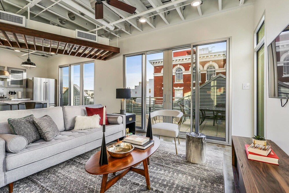 Penthouse 2br 2ba in Warehouse Dist. by Domio