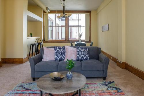 Lively 2BR Apt in the Heart of Downtown