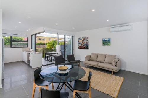 Oxford Steps Executive 2BR Bulimba Apartment Across from the Park on Oxford St