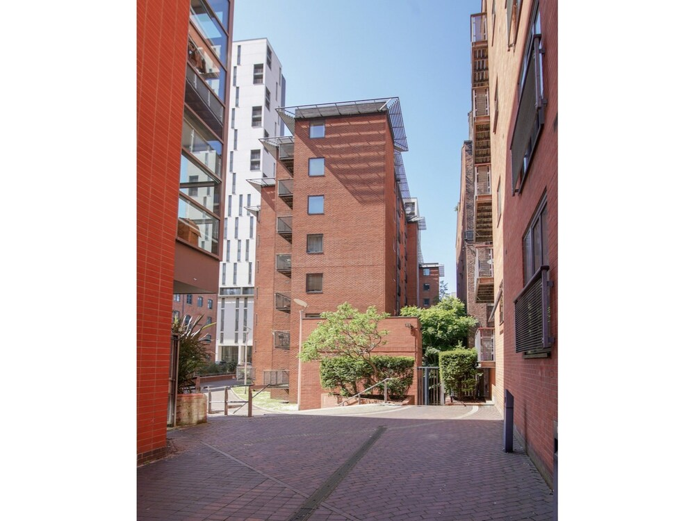 Modern Spacious 1BR Central Manchester Flat for 4