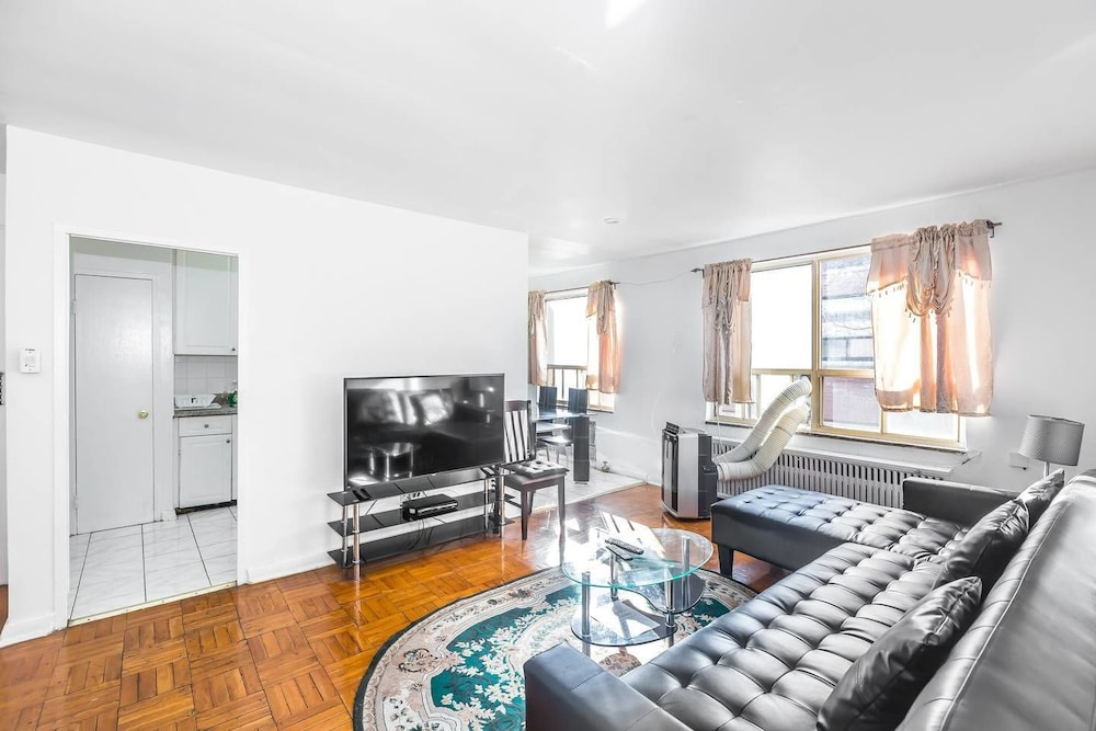 Magnificent Condo at Leaside 10 Mins to Downtown