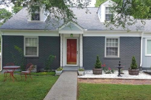 Stratford Ave apartment & yard 6 miles to downtown