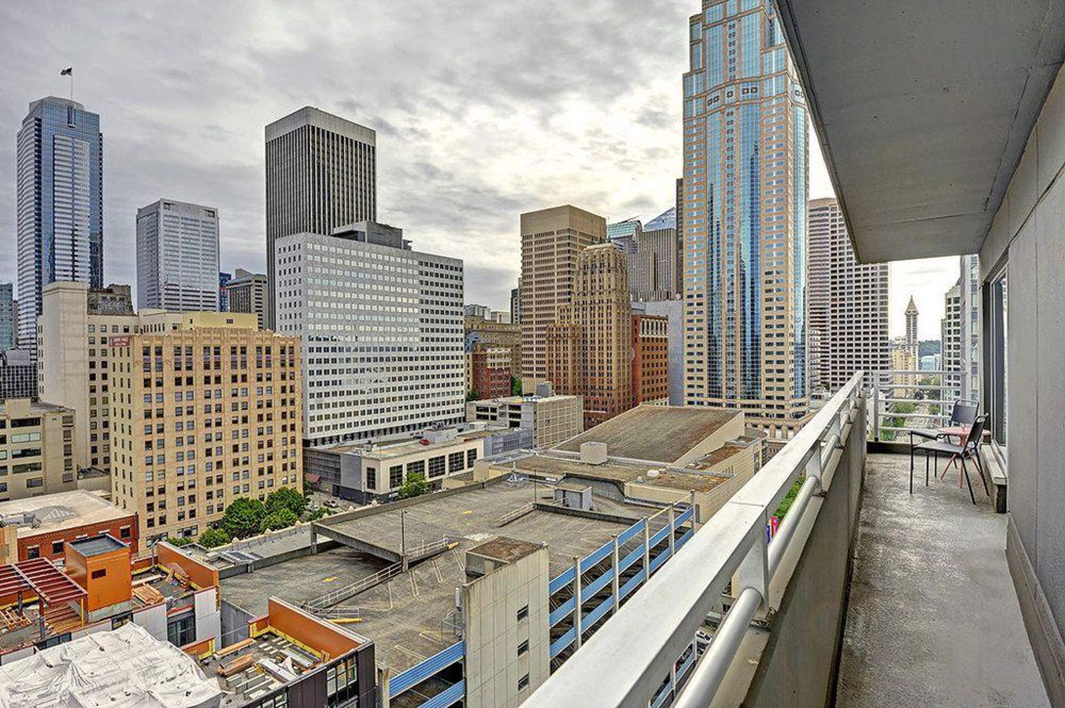Newmark Pike Place Market Suite Apartment with Balcony