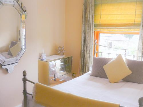 Private Room in Cottage Home Stay LEEDS M1 M62