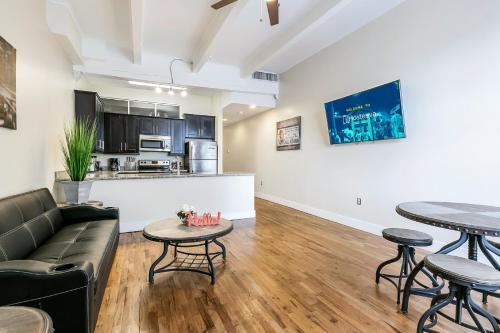Gorgeous Condos 1 minute walk to French Quarter and Bourbon St.