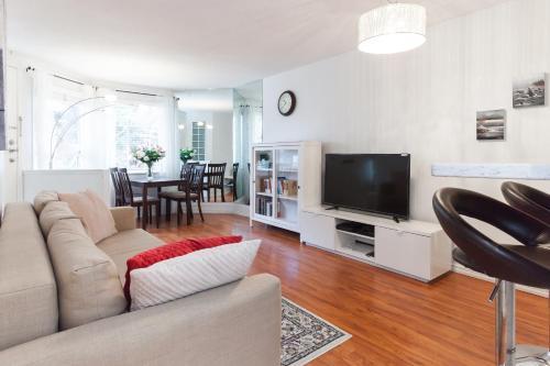 Convenient Fabulous 1 Bedroom Suite