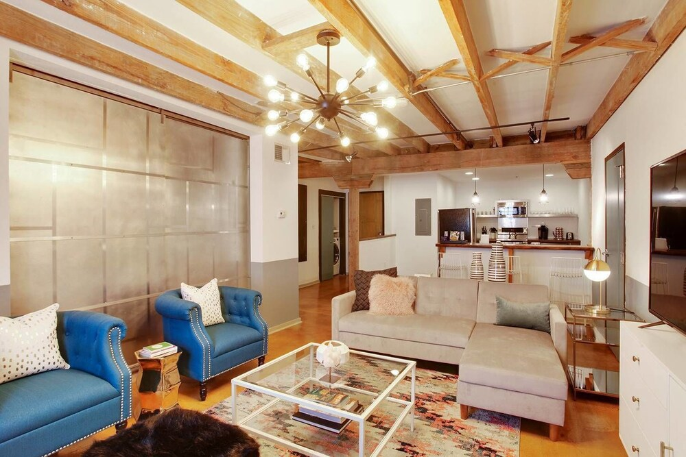 Luxury 2BR 2BA Rooftop Apt in CBD by Domio