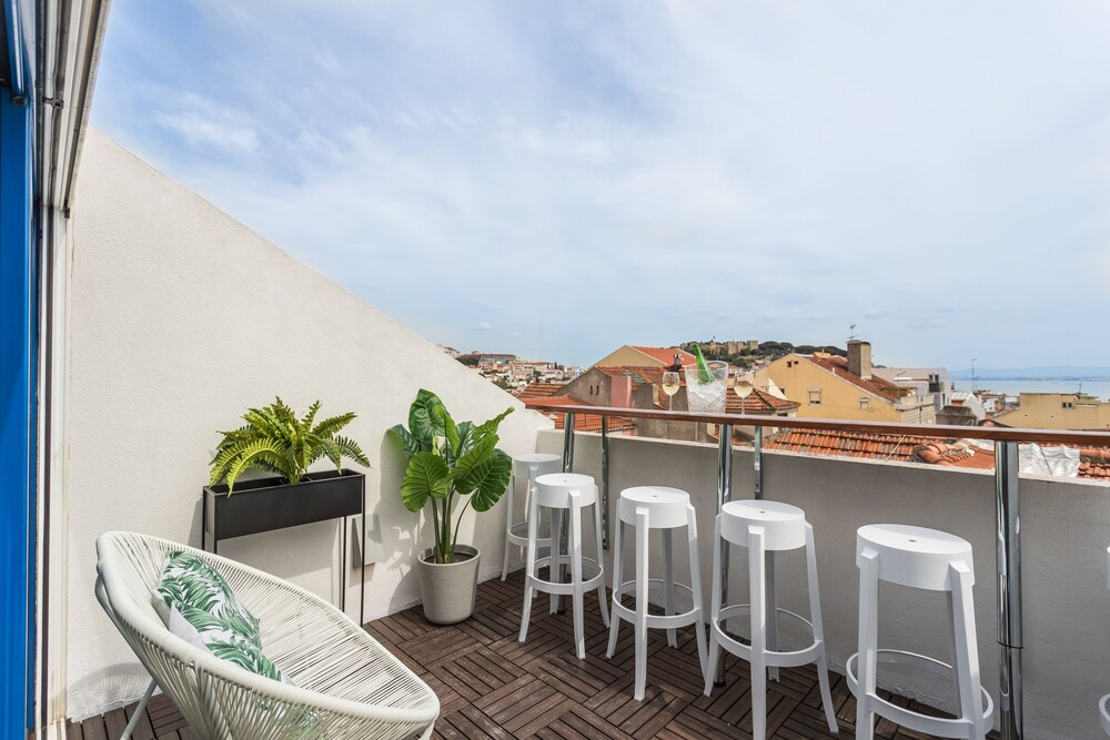 Rossio Penthouse Three Bedroom Apartment w River View and Parking b
