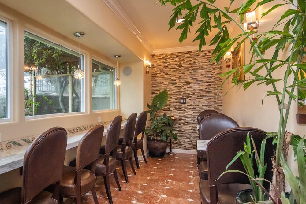 Gallery image of Vendange Carmel Inn & Suites