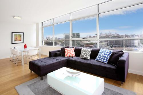Gadigal Groove Modern and Bright 3BR Executive Apartment in Zetland with Views