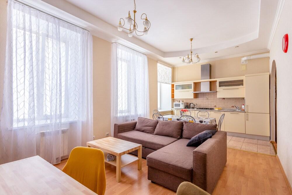 Four room apartment on Nevsky 106