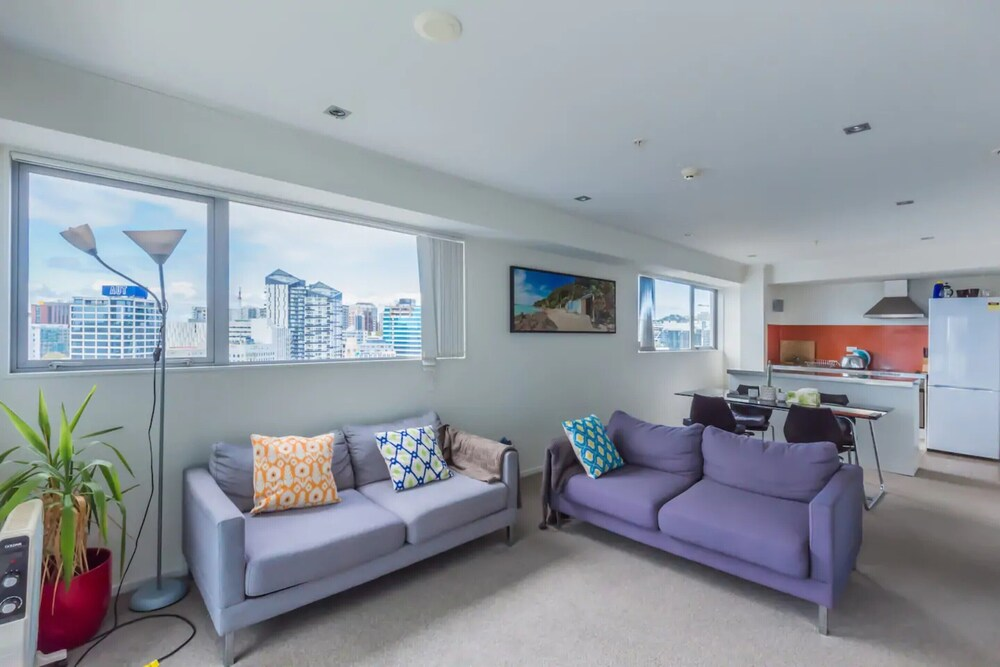 Spacious 2 Bedroom Flat With Views Over Auckland CBD