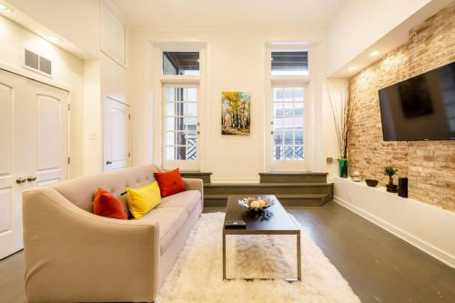 LazyKey Suites Stylish 2BD Loft in the Heart of Old City