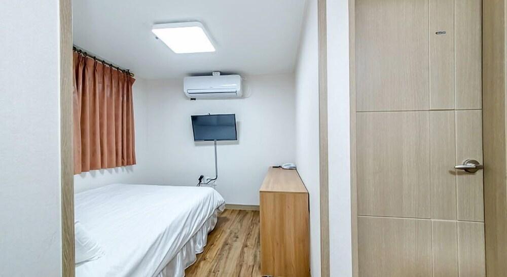 Gallery image of Jeju Skyhill Business Hotel