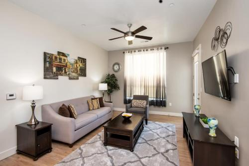 Master Suite with Ensuite Bath Near Downtown King Bed 2 Bed 2 Bath