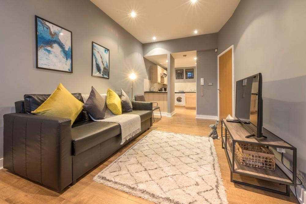 2 Bedroom Apartment Near Manchester Victoria